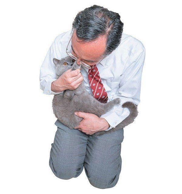 肉球のニオイを嗅ぐ石川先生