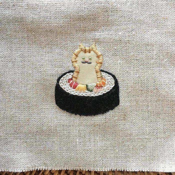 巻き寿司に巻かれたトラ猫の刺繍