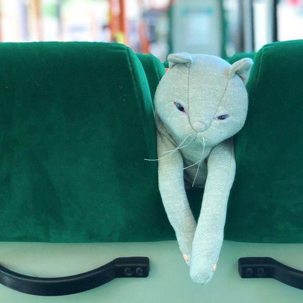 バスに乗る猫のぬいぐるみ