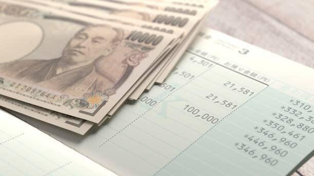 日本の銀行帳に10万円、現金が記録されている