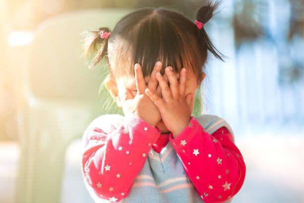 かわいいアジアの女の子彼女の顔を閉じるとピーカブーを再生または非表示し、シーク