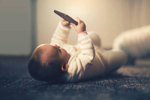 カジュアルなベビーたり、携帯電話