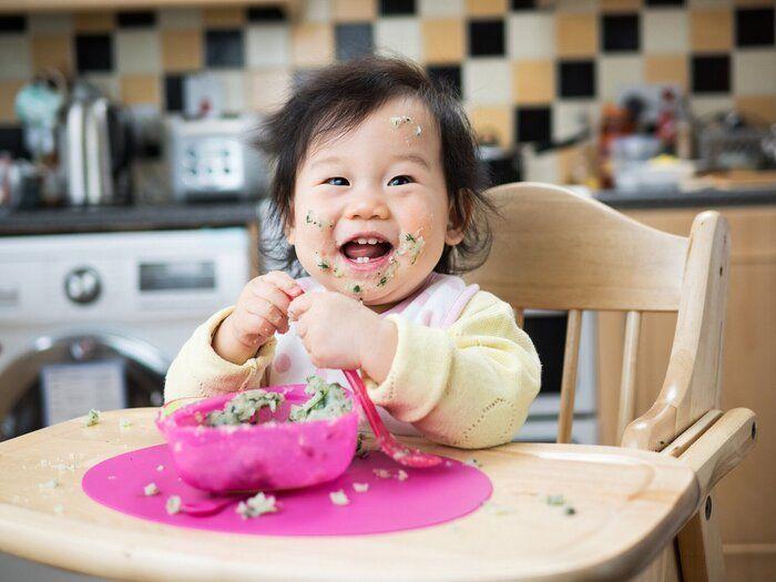 混乱の女の赤ちゃんを食べる