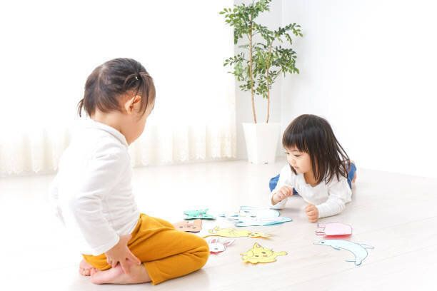2 人の子供の部屋で遊んで
