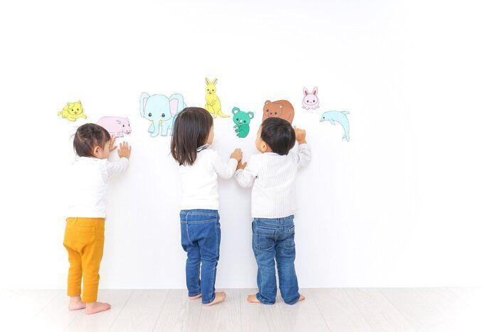 幼稚園で遊んでいる子供たち