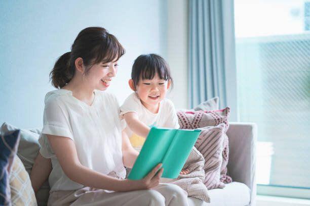 絵本を読む母と娘