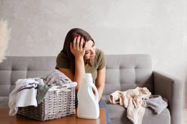 若い一人で家事の日課で疲れた女性を苦しめた