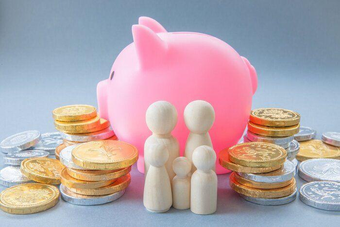 貯金箱と通貨を持つお母さんとお父さんの銀行の概念