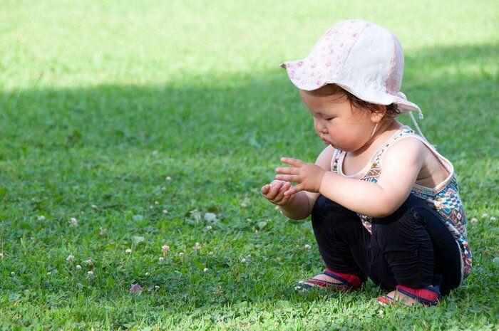 幼児の女の子が公園で遊んで