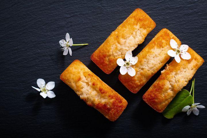 コピー スペースを持つ黒いスレート石の食品コンセプト ミニ フランス アーモンド ケーキ フィナンシェ