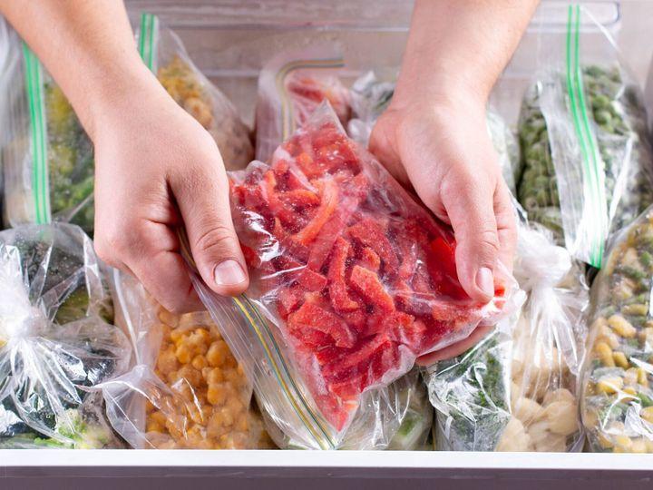 冷凍赤ピーマン。冷凍野菜を冷凍機に入れたビニール袋に入れて