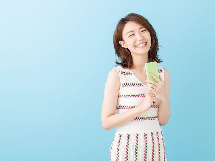 スマートフォンを見るアジアの女性