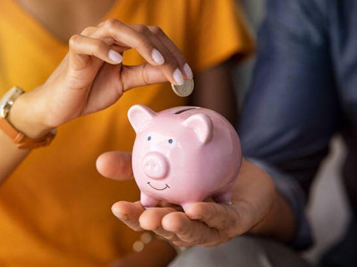 貯金箱でお金を節約するカップル