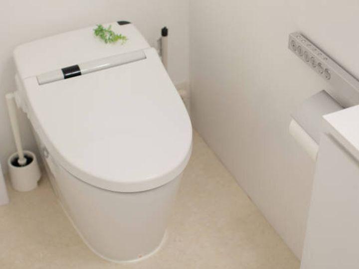 洗濯クローゼットの白いきれいなトイレ