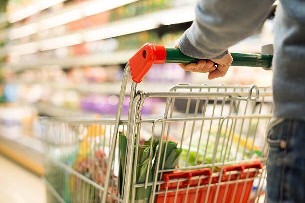 ディテールの男性のショッピングのスーパーマーケット